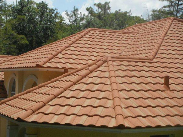 Стоит ли крыть крышу композитной черепицей? Рассмотрим преимущества и недостатки материала
